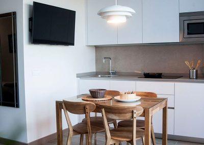 luminosa cocina completamente equipada con vistas a los Bufones de Pría