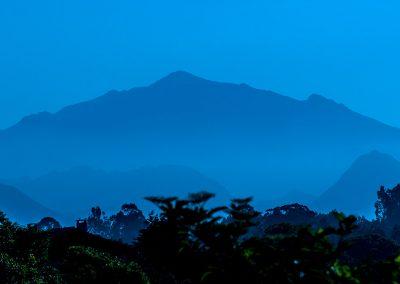 contempla el paisaje asturiano